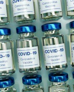 bouteils de vaccin contre coronavirus [PHOTO: Daniel Schludi – Unsplash]